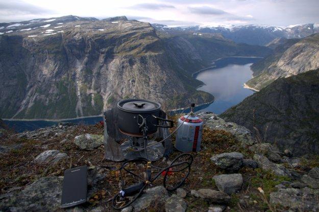 PowerPot nyter utsikten utover Ringedalsvannet ved  Trolltunga